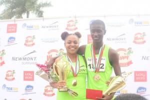 Ilsida Toemere (SNL) en Ronaldinho Pinas (Marwina) winnen de 10km snelloop op de Bigi Broki Waka (foto: Regilio Derby)
