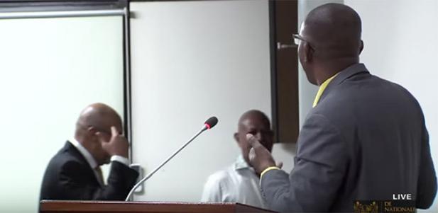 Gebarend met zijn vinger, verlaat president Desi Bouterse in november 2017 de vergaderzaal van De Nationale Assemblee tijdens de toespraak van Belfort