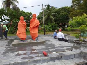 Het monument van Baba en Mai is klaar voor de onthulling morgen te Nieuw Amsterdam. Op de foto nog te zien SHI-voorzitter Shabier Ishaak en bestuurslid Rahmat Hassanmohamed